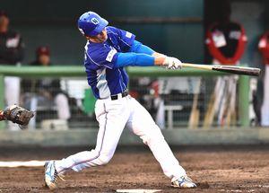 徳島対高知 1回裏、徳島先頭のジェフンが本塁打を放ち1-0とする=JAバンク徳島スタジアム
