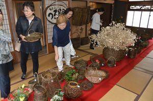 数多くのつる籠が並ぶ「極楽とんぼ」の作品展=藍住町乙瀬