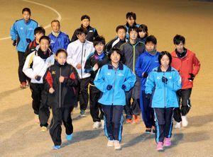 順位アップを目指して走り込む阿波市チーム=土成町の緑の丘スポーツ公園