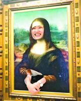 名画の顔出しパネルで記念撮影する来場者=鳴門市の大塚国際美術館