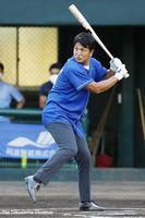 始球式で打席に立ち、往年の打撃フォームを見せるプロ野球巨人前監督の高橋由伸さん
