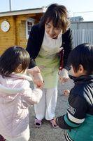 職員と遊ぶ子どもたち。新年度から「面会ボランティア」の養成に取り組み、心のケアを図る=小松島市中田町新開の徳島赤十字乳児院