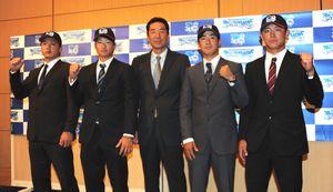 初の北米遠征に意気込む中島監督(中央)と、松嶋(右端)ら各チームの代表選手=JRホテルクレメント高松