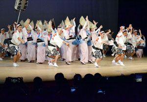 結成70周年記念公演で躍動する天水連の踊り子=徳島市のあわぎんホール