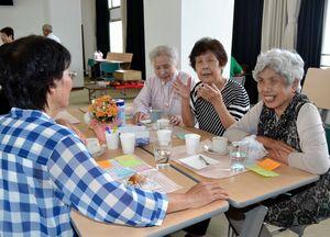 お茶を飲みながら会話を楽しむ高齢者ら=徳島市のヒューマンわーくぴあ徳島