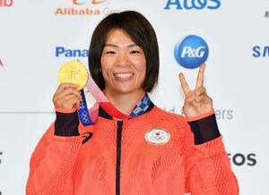 レスリング女子57キロ級で金メダルを獲得し、記者会見で撮影に応じる川井梨紗子=6日、東京都内(代表撮影)