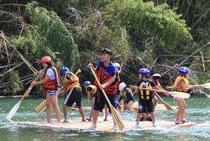 手作りのいかだで川遊びを楽しむ子どもたち=つるぎ町貞光