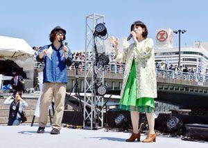 開会式でトークを繰り広げる中村さん(右)と近藤社長=徳島市の新町橋東公園