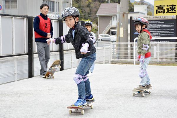 スケートボードを体験する児童ら=鳴門市撫養町大桑島のウズ・パーク