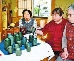竹製のカップに見入る来店客=徳島市上八万町樋口の「風知草」