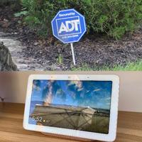 ADTのロゴマーク(上)と、グーグルのスマート家電の画面付きAIスピーカー(共同)