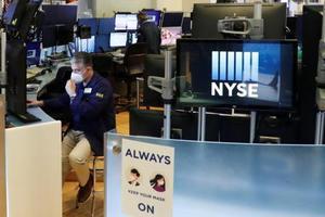 ニューヨーク証券取引所のトレーダー=28日(ロイター=共同)