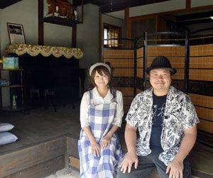 音楽スタジオを開設したユユ・ウィズ・エリリの2人=美馬市脇町のうだつの町並み