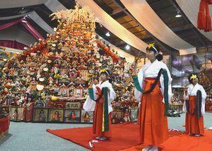 ピラミッド型ひな壇の前で奉納の舞を披露する子どもたち=勝浦町生名の人形文化交流館