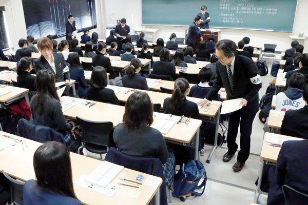 問題用紙が配られ緊張感が高まる試験会場=午前9時10分ごろ、徳島大常三島キャンパス