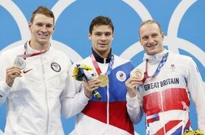 男子200メートル背泳ぎで優勝したROCのエフゲニー・リロフ(中央)。左は2位のライアン・マーフィー(米国)=東京アクアティクスセンター