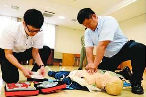 心臓マッサージの方法やAEDの取り扱いを学ぶ阿南署員=同署