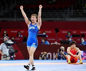 女子62キロ級決勝 キルギスのアイスルー・ティニベコワ(右)に勝利し喜ぶ川井友香子=幕張メッセ