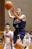 バスケットボール男子決勝リーグ 石井対八万 第3クオーター、シュートを放つ石井の石井(右)=鳴門アミノバリューホール
