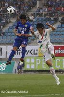 徳島対町田 前半、ヘディングでゴールを狙うMF杉本太郎=鳴門ポカリスエットスタジアム