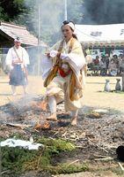 無病息災などを祈願して行われた火渡り=徳島市入田町の建治寺