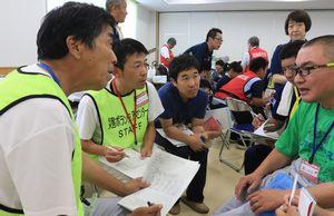 施設通所者(右端)から被災状況などを聞き取る参加者=阿波市市場町の障害者支援施設「すみれ園」