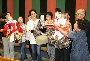 合同公演に向けて練習に取り組む人形座のメンバー=徳島市の阿波十郎兵衛屋敷