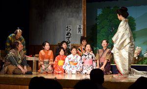 矢田さんが演出した創作時代劇を披露する児童ら=美馬市脇町の脇町劇場オデオン座
