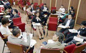 緊急事態条項などをテーマに意見を交わす参加者=徳島大常三島キャンパス