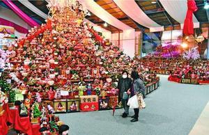 ひな人形の展示会場。新型コロナウイルスの影響で客足は少なかった=勝浦町生名の人形文化交流館