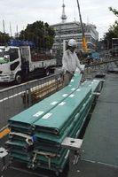 市役所前演舞場で行われた座席の撤去作業=徳島市幸町2