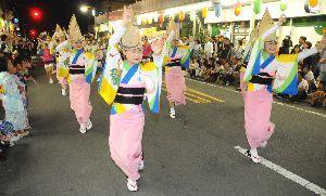 演舞場に踊り込む踊り子=吉野川市の鴨島駅前中央通り