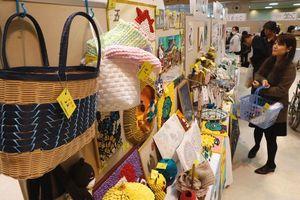 約4500点の力作が並んだ精神保健展=徳島市のふれあい健康館