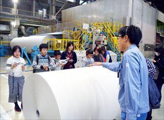 児童ら用紙作り取材 愛媛の製紙工場 徳島県内の32人参加