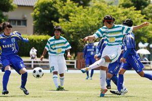県高校総体で優勝し、四国選手権で全国切符獲得を目指すサッカー女子の鳴門渦潮の選手たち=5日、徳島市球技場