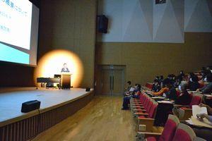 学生に消防団への興味を持ってもらおうと開かれた出前講座=徳島市の徳島文理大
