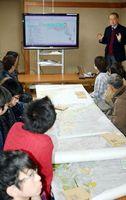 木頭ゆずの栽培地の分布を示す電子地図について説明する古田教授=那賀町木頭南宇の南宇公民館