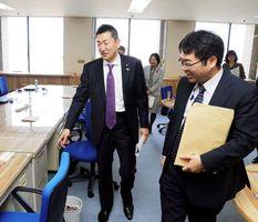 消費者行政新未来創造オフィスを視察する赤間副大臣(左)=県庁