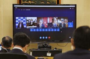 オンラインで行われた地方6団体の代表らとの意見交換会であいさつする坂本地方創生相(画面左から2人目)=30日午後、東京都千代田区
