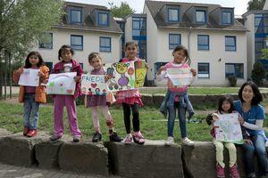 支援イベントのために描いた絵を手にするドイツ国際平和村の子どもたち=2016年8月、オーバーハウゼン市