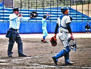 練習試合で球審を務める県高野連の審判員(左)。審判の確保が難しくなっている=9日、JAアグリあなんスタジアム