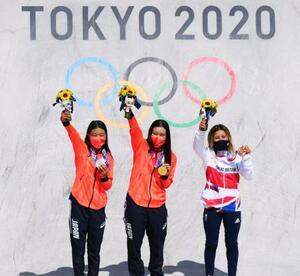 スケートボード女子パークで優勝し、金メダルを手にする四十住さくら。左は銀メダルの開心那、右は銅メダルのスカイ・ブラウン=有明アーバンスポーツパーク