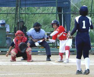女子決勝 美馬・阿波対城東 1回裏、1死一、二塁で4番長江史が内野安打を放ち満塁とチャンスを広げる=吉野川北岸運動場