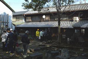 まちの駅を見学する住民ら=小松島市小松島町