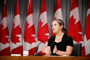 記者会見するカナダのフリーランド副首相=7日、トロント(AP=共同)