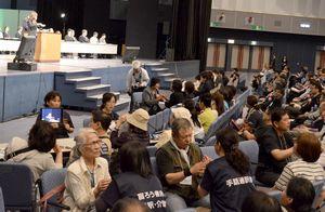 聴覚障害者の福祉向上に向けた大会決議を採択した全国大会=徳島市のアスティとくしま