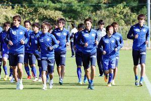 水戸戦に向けて練習に取り組む徳島の選手たち=徳島スポーツビレッジ