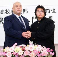 名西高校を訪れた藤島親方と固い握手を交わす上田(右)=同校