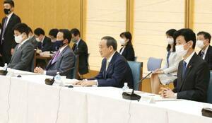 経済財政諮問会議であいさつする菅首相(前列右から2人目)ら=13日午後、首相官邸
