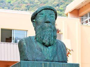 新町小学校の校門近くに立つモラエスの胸像=徳島市東山手町